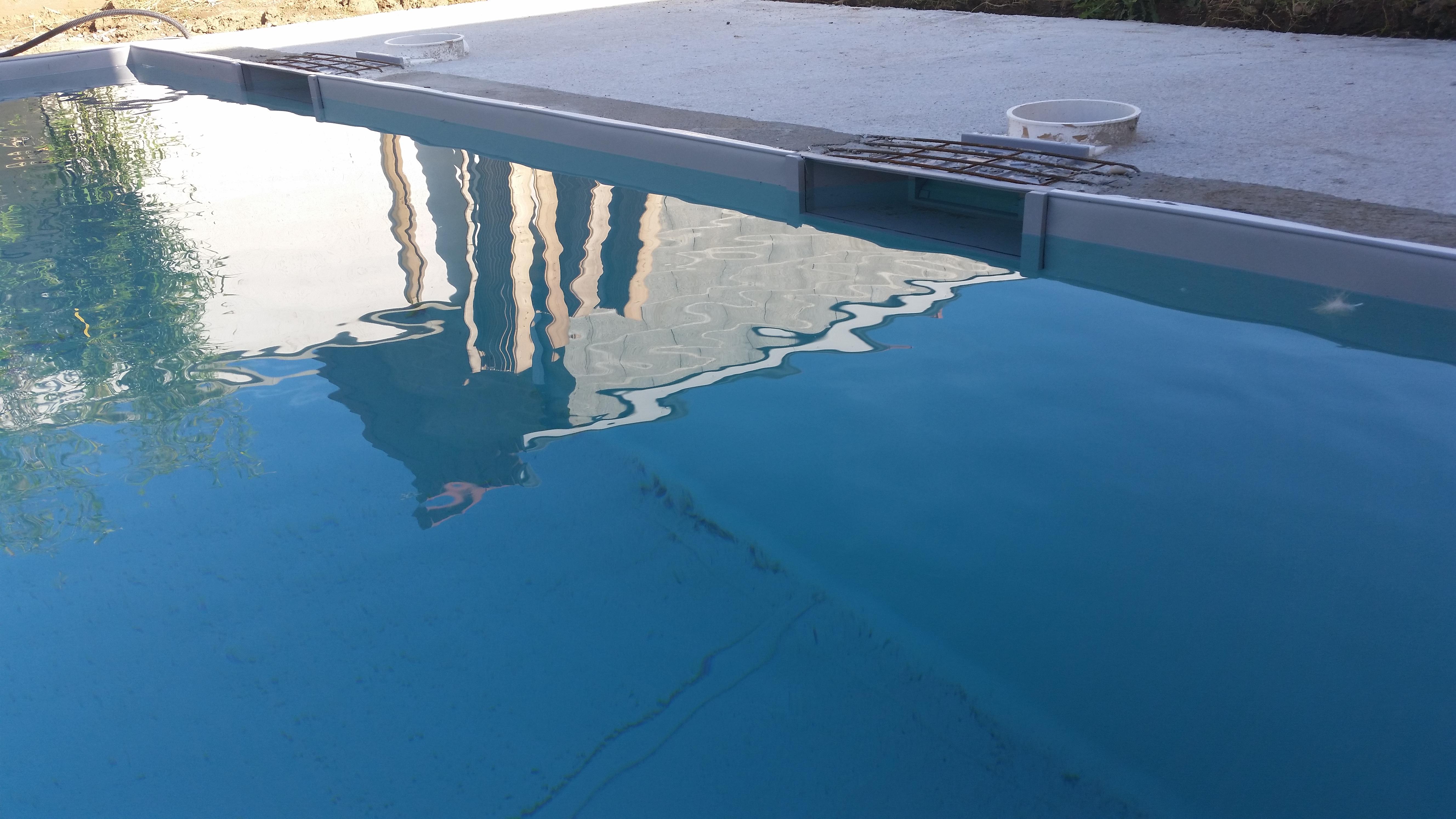 Positionnement sur bassin neuf pvc gris clair for Piscine avec skimmer miroir